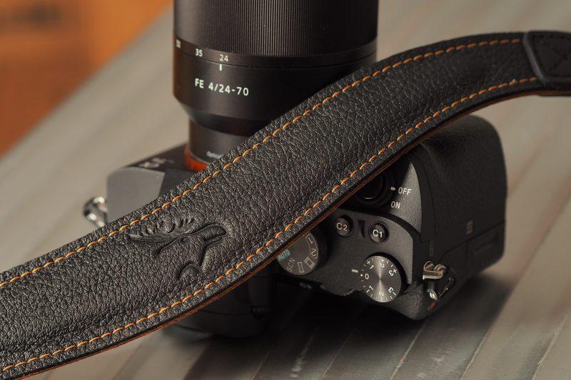 4204 schwarz/natur EDDYCAM mit Kontrastnaht, mit Sony A7
